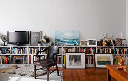 的一面墙做出来的书架,他们摆放了许多的书籍和漫画,还有不少从森