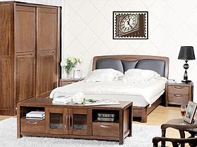 胡桃木的臥室中衣柜和床總是針鋒相對