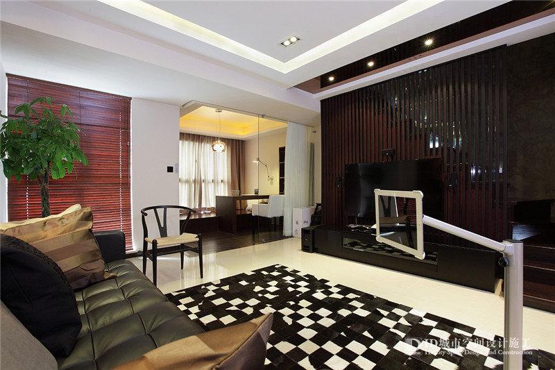 电视背景墙是用木条整体装饰,大气简约-110平2房2厅小复式16万元全高清图片