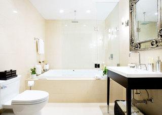 米色卫生间浴缸图片
