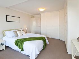 简洁大气卧室设计 白色衣柜效果图