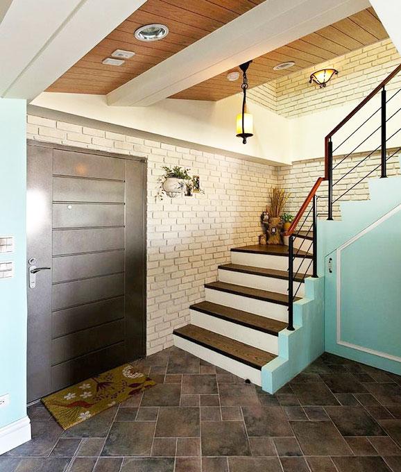 美式风格原木色楼梯装修效果图