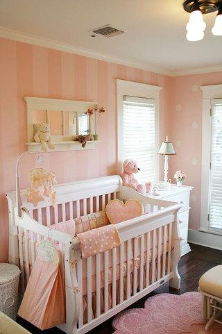 白色婴儿床图片