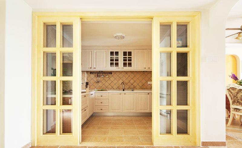 隔断门,门的一种,应用于隔断装修;对分开的两个空间起到驳合、引导和过渡的作用;是连接空间的纽带。现代家居中,隔断不仅有着隔绝的作用,它还成为了一种时尚装饰。很多家庭在设计家中浴室时,常常都会用到浴室隔断,而它的兴起,也促使了更多浴室隔断品牌的发展。现代的人买东西都追求高品质、大品牌,就连浴室隔断门也不例外。然而每一个行业随着发展,总会有那么一些假冒伪劣产品,让消费者难以辨别,最终上当受骗。为了让消.