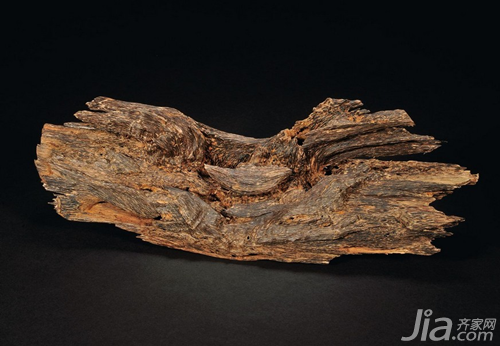 另外,沉香的木材,树头和树根都可用来制作高级线香,用于拜祭和熏香.