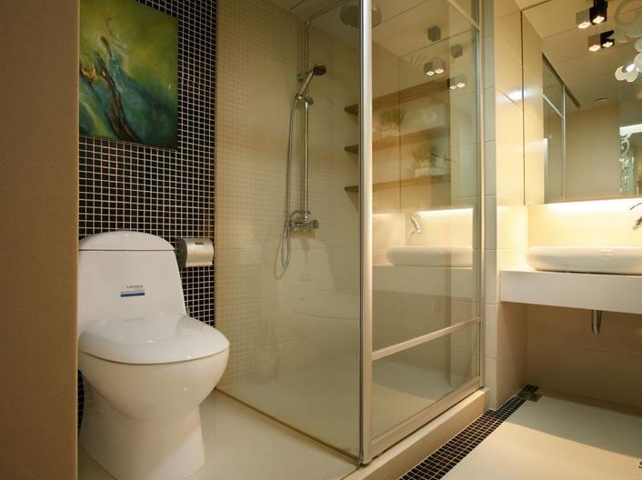 卫生间的水分较多,所以铺设电路必须做好防水,防止漏电.