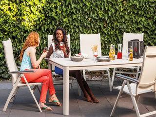 米色室外组合餐桌椅