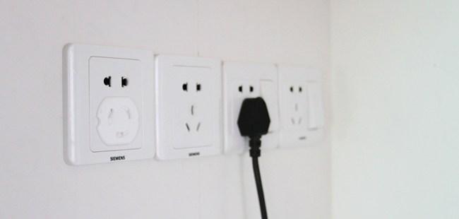 3,家用电器严谨用两孔插座,浴霸开关功率较大,需要多留位置,常要插拔