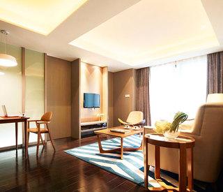 原木色中式客厅电视背景墙