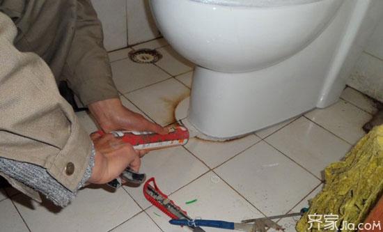 难免会在内壁上结垢,严重的时候会堵住马桶的出气孔而造成马桶下水慢
