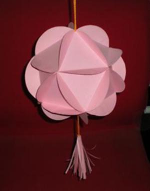 儿童手工制作灯笼方法三:   材料:卡纸,介纸刀,直尺,铅笔,双面胶