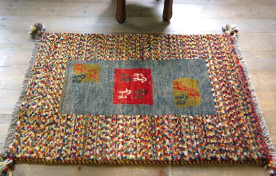 相信很多MM们在假日整理房间时,会整理出一大堆旧衣旧物之类的东西。大部人会选择扔掉或者卖到废品站,但是,有想过旧物利用吗?像一些旧毛线其实是可以做成编织地毯的哦。一起来看看手工旧毛线编织地毯的方法是怎样的吧! 1、先用四块木板做个编织架,每个上面钉二十二个钉子,也可以根据自己的要求做大小。 2、第一层线,用自己喜欢的毛线来回拉线,根据毛线粗细定多少股,一般用这用了十四股。 3、第二层线和第一层线的配色一样。 4、第三层同第一层的做法,线可以用别的线,因为这层线在最下面看不到,颜色就无所谓了。 5、第四层