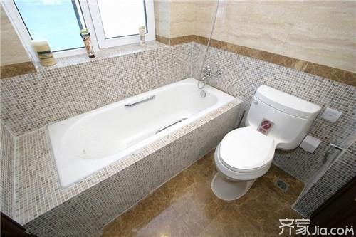 小户型卫生间里的坐便器可选用占地面积比较小的墙排式,没有常规水箱图片