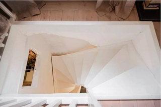 白色旋转楼梯装修效果图