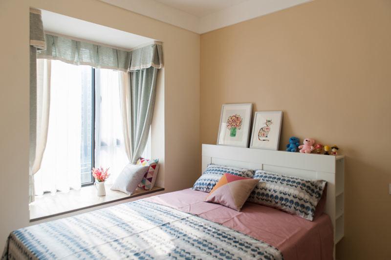 清新带飘窗的卧室装修效果图