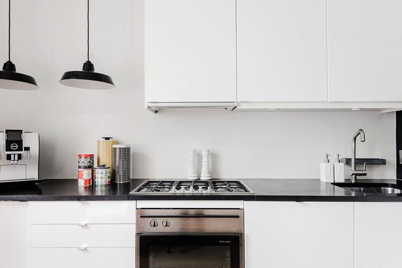 粉白色公寓黑白色厨房装修效果图