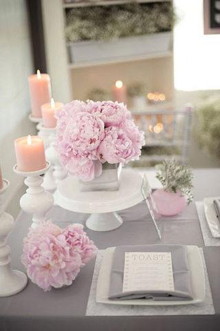 浪漫粉紫色餐桌花卉布置图片