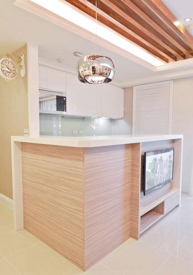 美式开放式厨房吧台加电视背景墙设计