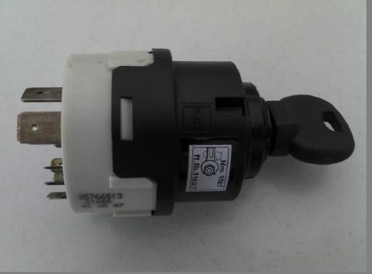 举例汽车点火开关作用: 点火开关一般设有0或LOCK, I或ACC, II或ON, III或START四个位置。 点火开关转到III或START位置,起动机起动。点火开关转到I或ACC位置,发动机关闭,其他车用电器可正常使用。 点火开关转到II或ON位置,发动机工作。 点火开关转到0或LOCK位置,发动机熄火,拔出钥匙时转向盘会锁住。 点火开关:点火系统的开关(通常要使用钥匙),可自由开启或关闭点火线圈的主要电路,也适用于其它电系电路。 收起