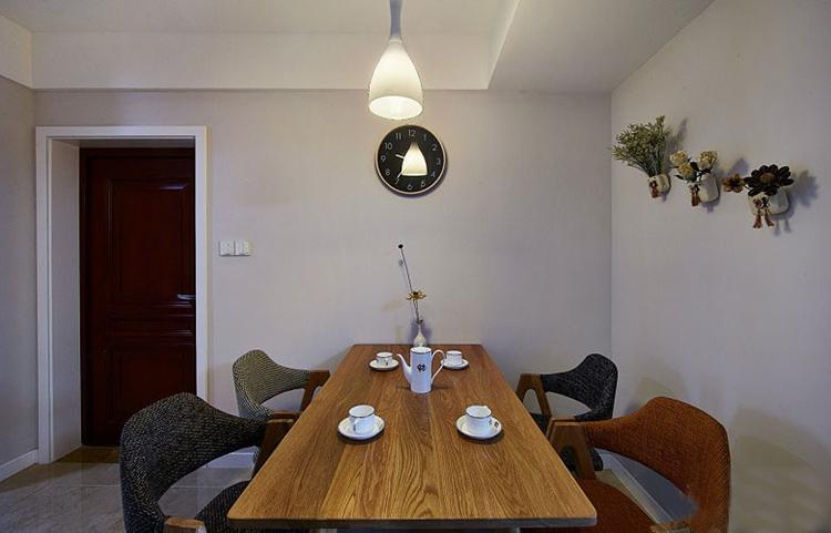 89平三居室装修实木餐桌