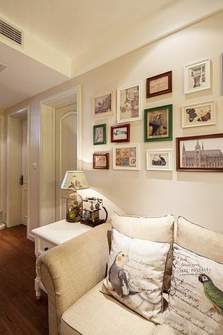 温馨美式客厅照片墙设计