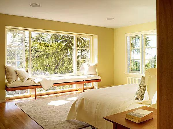 身边的很多朋友买保利、万科的房子,令人羡慕的一点就是卧室带飘窗(当然还有很多楼盘设计之初都是带飘窗的),原本不大的小卧室,因为小小的飘窗变得更加宽敞通透起来。不仅解决的卧室的采光问题,也大大的美化了卧室的造型。一般飘窗都是使用大块采光玻璃,并且有一个宽敞的窗台,使人们有了更广阔的视野,同时也给了人们