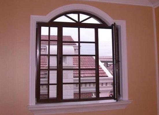 透过窗户可以看到,窗外美丽的风景,窗户的装修也是十分重要的.