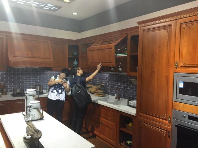 这款中式定制橱柜来自方太旗下的高端厨柜品牌柏厨,小编一进展厅就被图片