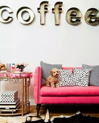 枚红色客厅沙发摆放图片