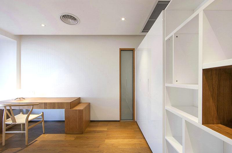 舒适极简主义书房过道设计