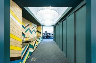 色彩灵动办公室设计办公室过道