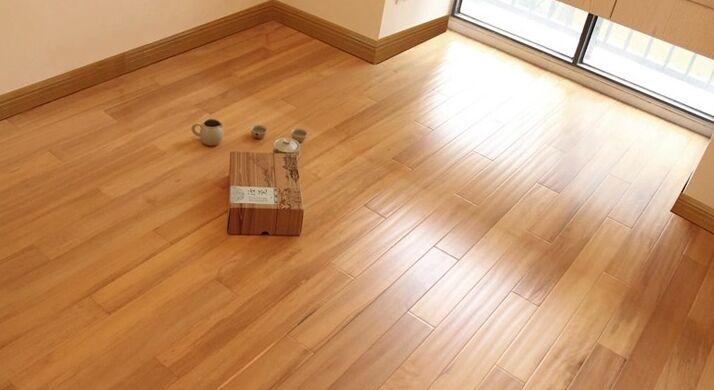 用木地板最合适,冬季家里不会出现阴冷阴冷的感觉,地砖因为不能吸潮