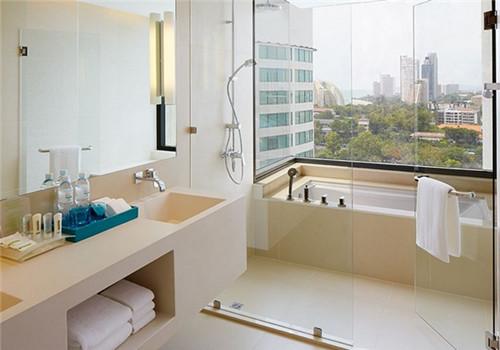 各种各样的图案,开辟了一块独立的浴室区,看上去非常的有创意
