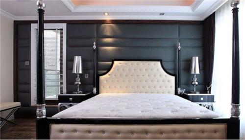 在这个图中主人使用的是紫色的菱形软包背景墙,它和床单,窗帘使用的