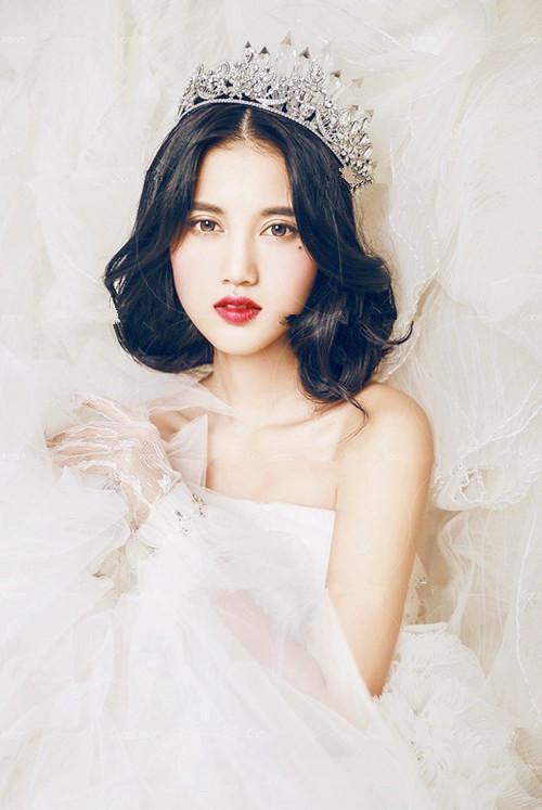 现在不少新娘都会佩戴头纱来体现美感,下面这款发型就是利用头纱的装