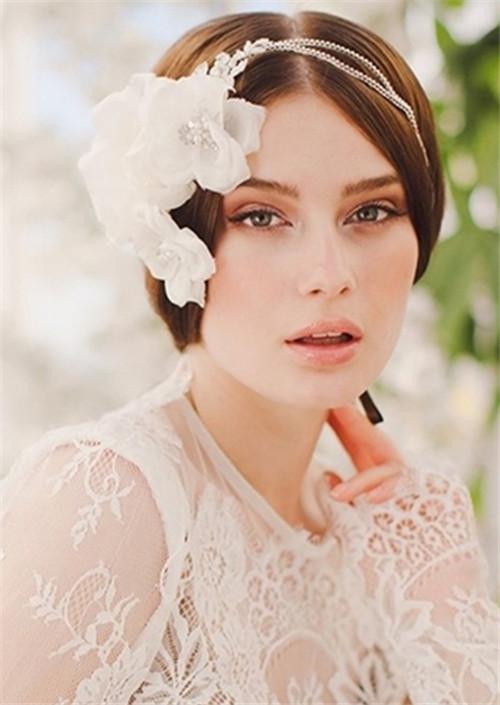 蓬松带卷的 短发新娘婚纱照发型清新迷人,齐耳的发型长度又显出女生图片