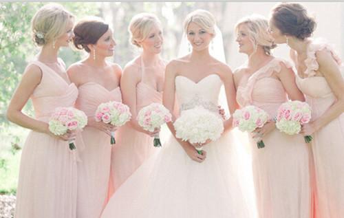 给人一种很儒雅,可爱又不失性感的颜色,因此伴娘选择粉色的礼服也是再