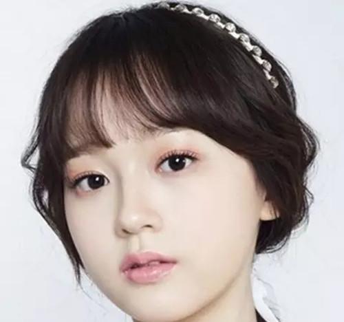这是一款很简单的韩式新年发型,长长的卷发配上低马尾造型,让新娘图片
