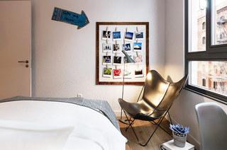 60平小公寓装修卧室照片墙设计