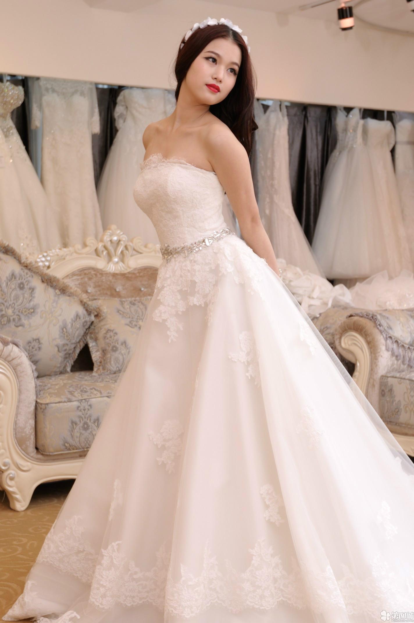 礼服婚纱款式有哪些 如何选择挑选婚纱