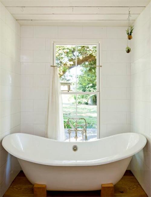 高而窄的出窗户设计让卫生间的天花板显得非常的高挑.