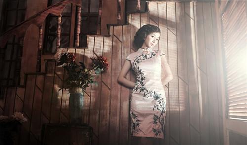 复古旗袍婚纱照拍摄技巧 旗袍婚纱照如何搭配发型图片