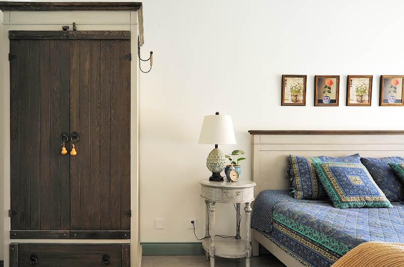 145平田园风格复式楼卧室床头柜