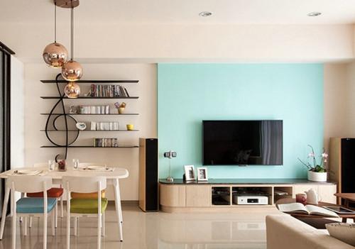天蓝色的电视墙搭配白色的天花吊顶,是地中海风格的一种创意,是主人