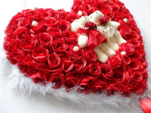 玫瑰花,然后在花的中间部分放置情侣毛绒玩具,这样不但非常的好看