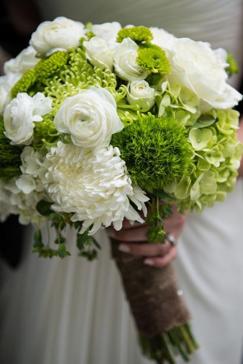 手捧花可以选择粉色玫瑰,绿色包装,以及新郎新娘的胸花,需要做到精致
