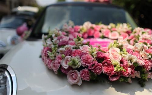 婚车车头装饰中常见的就是用鲜花或者情侣布偶装饰,鲜花可以采用西式图片