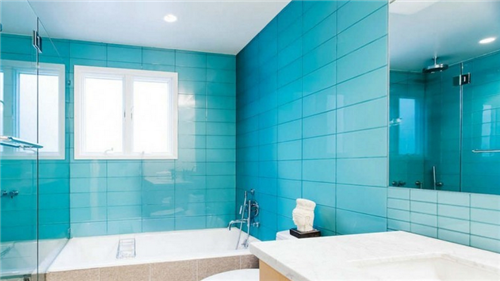 第一张图中就是一个长方形的洗手间,因为洗手间的宽度有限,每个卫浴