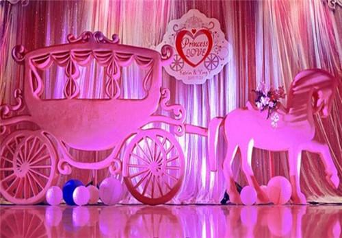甜品区最好设计成各种可爱的动物造型,用花草一同装点婚