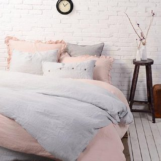 卧室布艺床装修摆放图片